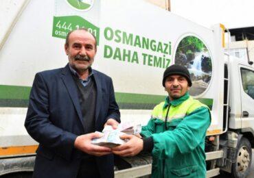 Türkiyə: Bir torba pul tapan təmizlik işçisi onu  yiyəsinə qaytarıb (VİDEO)