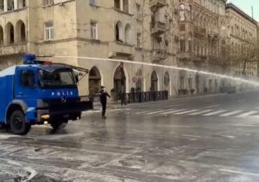 Polis bu dəfə TOMA-ları Bakı küçələrinin virusdan təmizlənməsinə cəlb edib (VİDEO)